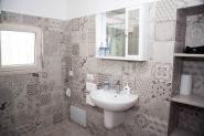 camera-il-mandorlo-bagno-lavandino-specchio